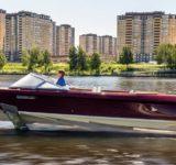 Lancha eléctrica de hidroala de aspecto clásico debuta en Moscú