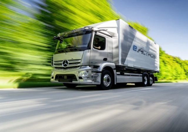 Mercedes presenta, su primer camión eléctrico eActros.