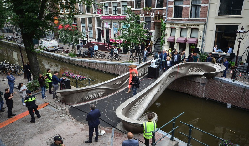 Primera pasarela de acero impresa en 3D del mundo presentada en Ámsterdam.